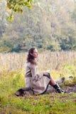 Mujer que lee una letra Fotos de archivo