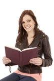 Mujer que lee una sonrisa del libro Imágenes de archivo libres de regalías