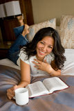 Mujer que lee y studing la biblia Fotos de archivo