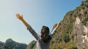 Mujer que levanta sus manos almacen de metraje de vídeo