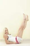 Mujer que levanta sus piernas Foto de archivo libre de regalías