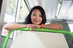 Mujer que libra en el autobús fotografía de archivo libre de regalías