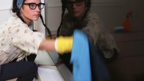Mujer que limpia cierre de la pantalla de la TV metrajes