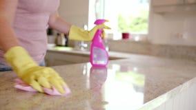 Mujer que limpia el contador metrajes