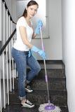 Mujer que limpia el pasillo Fotografía de archivo libre de regalías
