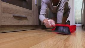 Mujer que limpia el piso con un cepillo almacen de video