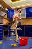 Mujer que limpia el suelo Foto de archivo libre de regalías
