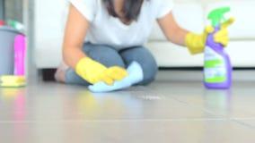 Mujer que limpia el suelo almacen de metraje de vídeo