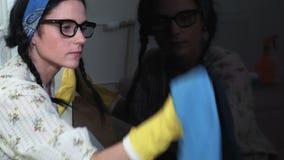 Mujer que limpia la pantalla de la TV metrajes