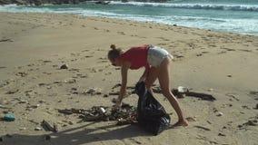 Mujer que limpia la playa almacen de video