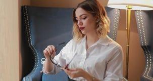 Mujer que limpia la superficie de las lentes con el paño suave, usando tela de la microfibra almacen de video