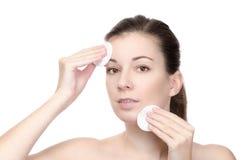 Mujer que limpia su cara Foto de archivo libre de regalías
