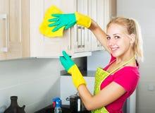 Mujer que limpia superficies dentro Foto de archivo