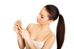Mujer que limpia sus clavos con el cepillo Fotografía de archivo libre de regalías
