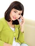 Mujer que llama alguien con el teléfono Fotos de archivo libres de regalías