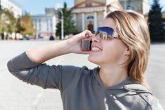Mujer que llama por el teléfono Fotografía de archivo libre de regalías