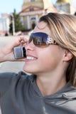 Mujer que llama por el teléfono Foto de archivo libre de regalías