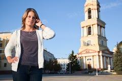 Mujer que llama por el teléfono Imagen de archivo libre de regalías