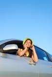Mujer que llama por el teléfono móvil en el coche Fotografía de archivo