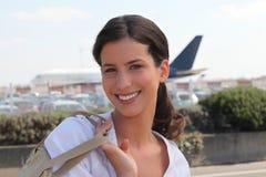 Mujer que llega el aeropuerto Imagen de archivo libre de regalías