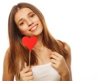 Mujer que lleva a cabo el corazón de papel rojo Foto de archivo libre de regalías