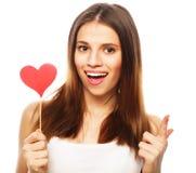 Mujer que lleva a cabo el corazón de papel rojo Imagen de archivo libre de regalías