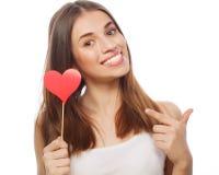 Mujer que lleva a cabo el corazón de papel rojo Fotografía de archivo