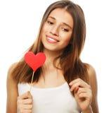Mujer que lleva a cabo el corazón de papel rojo Fotos de archivo