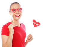 Mujer que lleva a cabo el corazón del día de tarjetas del día de San Valentín Foto de archivo libre de regalías