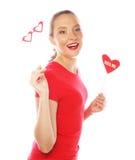 Mujer que lleva a cabo el corazón del día de tarjetas del día de San Valentín Fotos de archivo libres de regalías