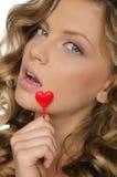 Mujer que lleva a cabo el corazón en boca abierta Fotos de archivo libres de regalías