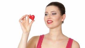 Mujer que lleva a cabo el corazón rojo Día del `s de la tarjeta del día de San Valentín almacen de metraje de vídeo