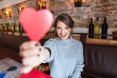 Mujer que lleva a cabo el corazón rojo Fotografía de archivo libre de regalías