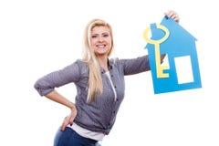 Mujer que lleva a cabo el modelo y la llave de papel de la casa Fotografía de archivo libre de regalías