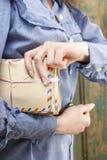 Mujer que lleva a cabo el paquete de letras del vintage Fotos de archivo