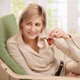 Mujer que lleva a cabo el pequeño corazón rojo Imagen de archivo libre de regalías
