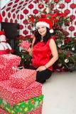 Mujer que lleva a cabo el presente de Navidad Fotografía de archivo libre de regalías