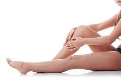 Mujer que lleva a cabo encendido la pierna. Imágenes de archivo libres de regalías