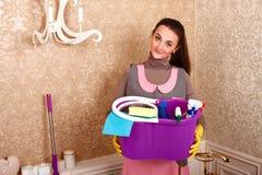 Mujer que lleva a cabo fuentes de limpieza en manos imagen de archivo