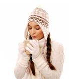 Mujer que lleva a cabo la bebida caliente Fotografía de archivo libre de regalías