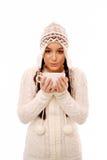 Mujer que lleva a cabo la bebida caliente imagen de archivo libre de regalías