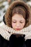 Mujer que lleva a cabo la bebida caliente al aire libre Fotografía de archivo libre de regalías