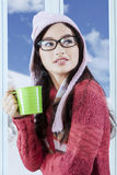 Mujer que lleva a cabo la bebida caliente en día de invierno Imágenes de archivo libres de regalías