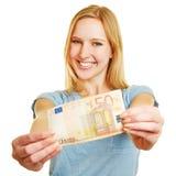 Mujer que lleva a cabo la cuenta del euro 50 en sus manos Imágenes de archivo libres de regalías
