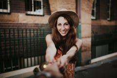Mujer que lleva a cabo la mano del novio, mientras que toma una foto de ella fotografía de archivo