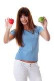 Mujer que lleva a cabo la manzana verde y el corazón leído Imagen de archivo