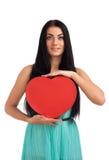 Mujer que lleva a cabo la muestra del corazón del día de tarjetas del día de San Valentín Foto de archivo