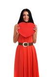 Mujer que lleva a cabo la muestra del corazón del día de tarjetas del día de San Valentín Imagen de archivo libre de regalías