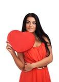 Mujer que lleva a cabo la muestra del corazón del día de tarjetas del día de San Valentín Imagen de archivo