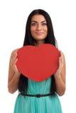 Mujer que lleva a cabo la muestra del corazón del día de tarjetas del día de San Valentín Fotos de archivo libres de regalías